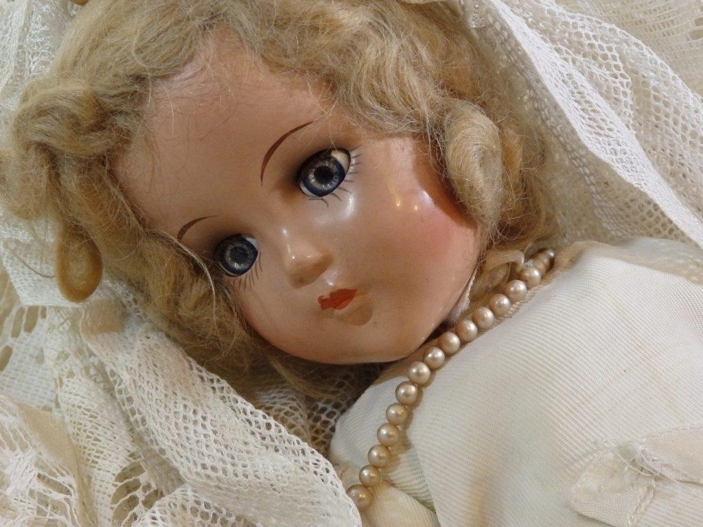 Para limpiar los ojos de las muñecas antiguas, utilizaremos trementina