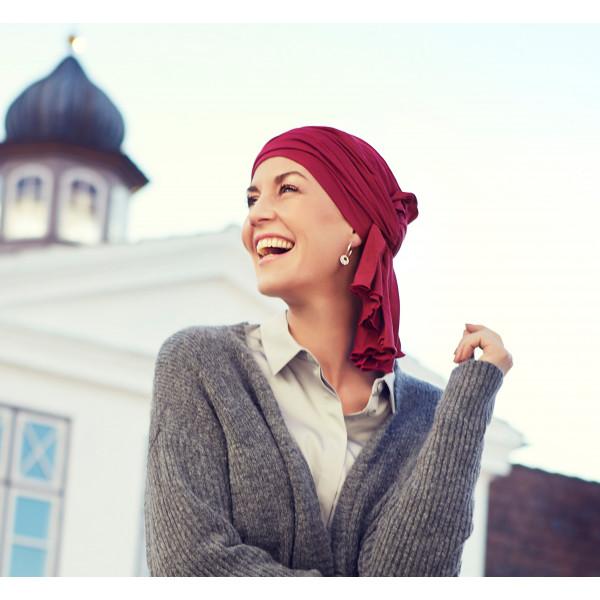 Los pañuelos oncológicos en tono burdeos, azul marino y negro, combinan fácilmente con las prendas invernales