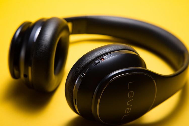Los auriculares inalámbricos hacen posible el alejarnos del dispositivo que estemos usando hasta una distancia de 10 metros de la fuente de sonido